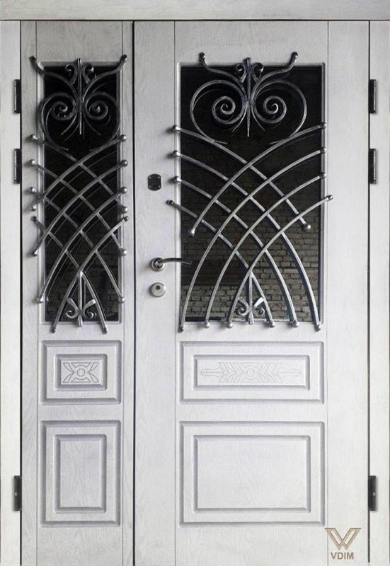 Входные двери с белыми полимерными накладками, двуполые, с ковкой и стеклопакетом