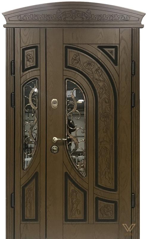 Входные двери с полимерными накладками, двуполые, с ковкой, стеклопакетом и карнизом